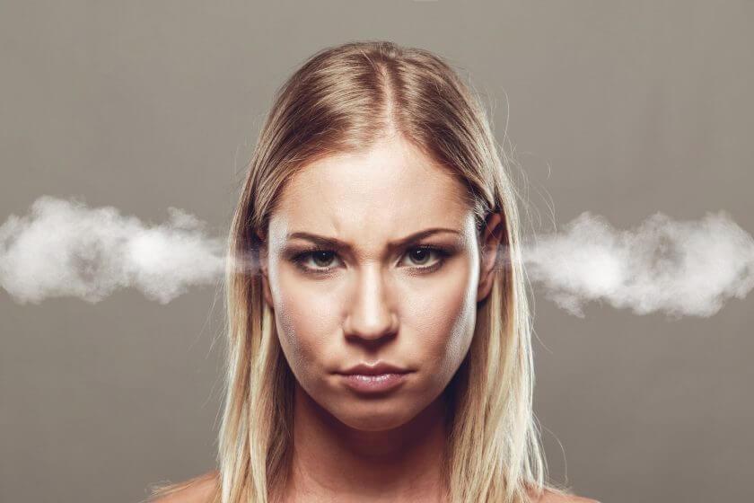 Frau lässt Dampf ab